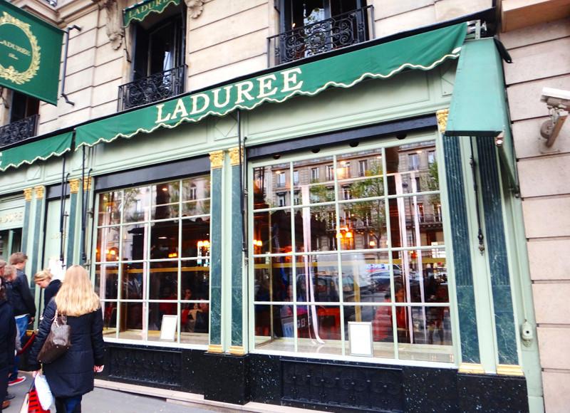 Fachada da Ladurée, em Paris, França