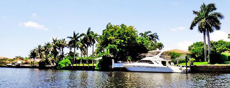 Canal e casa com barco - Intracoastal Waterways
