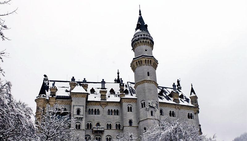 Vista lateral do Castelo de Neuschwanstein