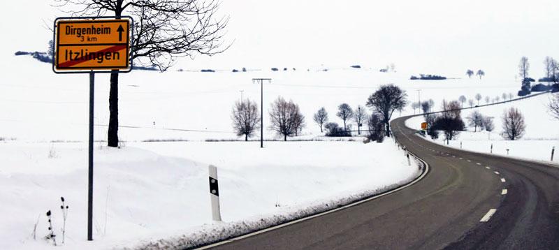 Estrada sinuosa e com neve na Alemanha