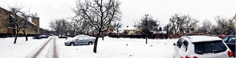 Estacionamento coberto de neve em Rothenburg, Alemanha