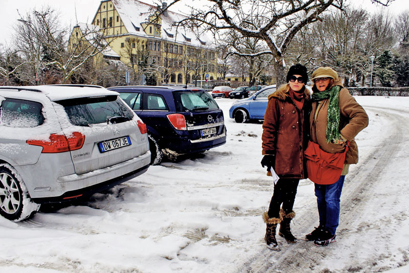 Pose para a foto no estacionamento nevado em Rothenburg ob der Tauber