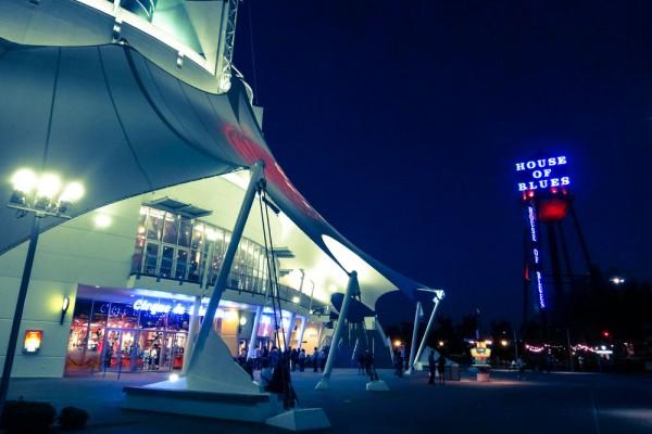 A tenda do Cirque du Soleil fica ao lado do Restaurante House of Blues