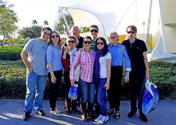 Família reunida em frente à tenda do Cirque du Soleil