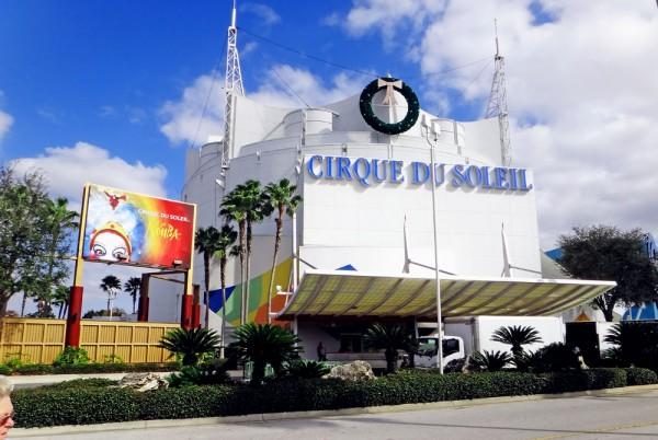 Tenda do Cirque du Soleil, em Downtown Disney, com a guirlanda de Natal