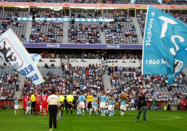 Bandeiras e os times se posicionando para a partida