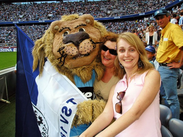 Minha tia Zita e minha esposa Patrícia com o mascote do time de Munique