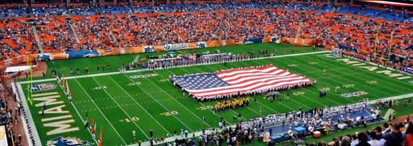 A enorme bandeira americana no centro do estádio