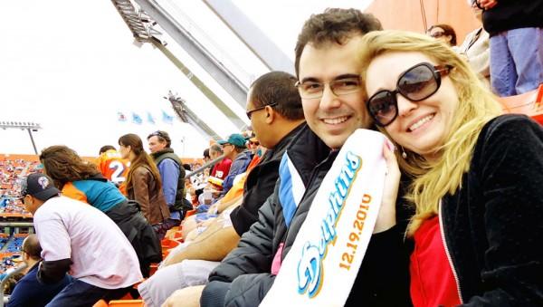 Eu e minha esposa Patricia Darugna com a toalha comemorativa da partida, constando a data