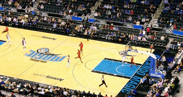 Toronto Raptors dando trabalho para o time da casa, o Orlando Magic, na Amway Arena