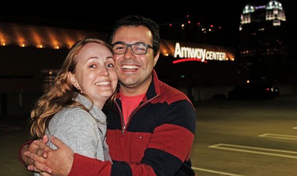 Eu e minha esposa no oitavo andar do prédio de estacionamento, com o Amway Center ao fundo
