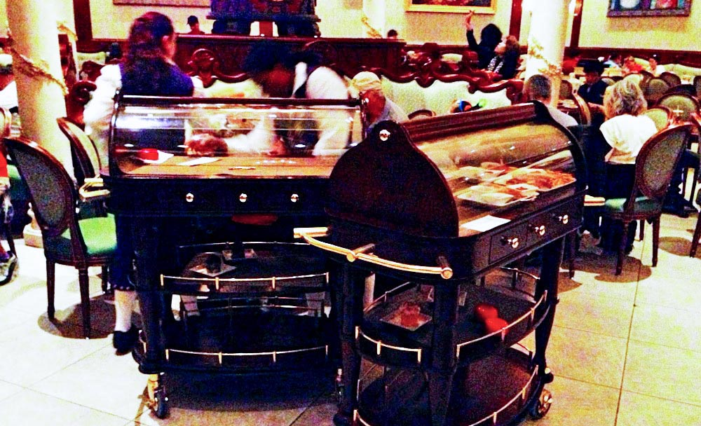Os carrinhos onde a comida é trazida até a sua mesa no Be Our Guest Restaurant