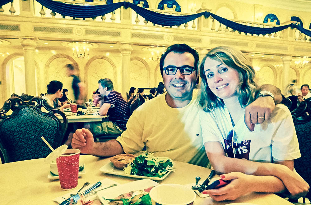 Eu e meu marido no interior do Be Our Guest Restaurant, no Magic Kingdom