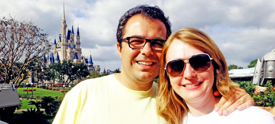 Eu (Patrícia Darugna) e meu marido Alyson Darugna, com o Castelo da Cinderella ao fundo