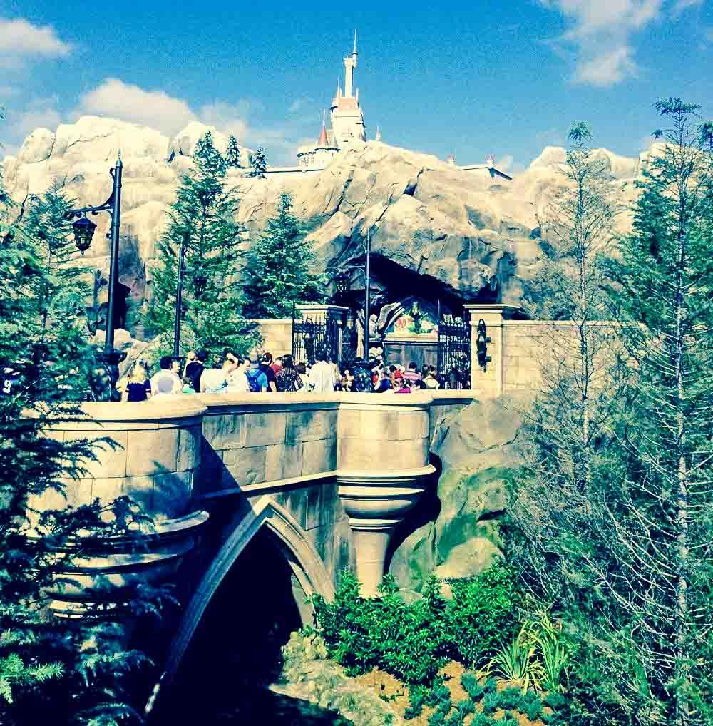 Vista da ponte que leva ao restaurante Be Our Guest, no parque Magic Kingdom, da Disney