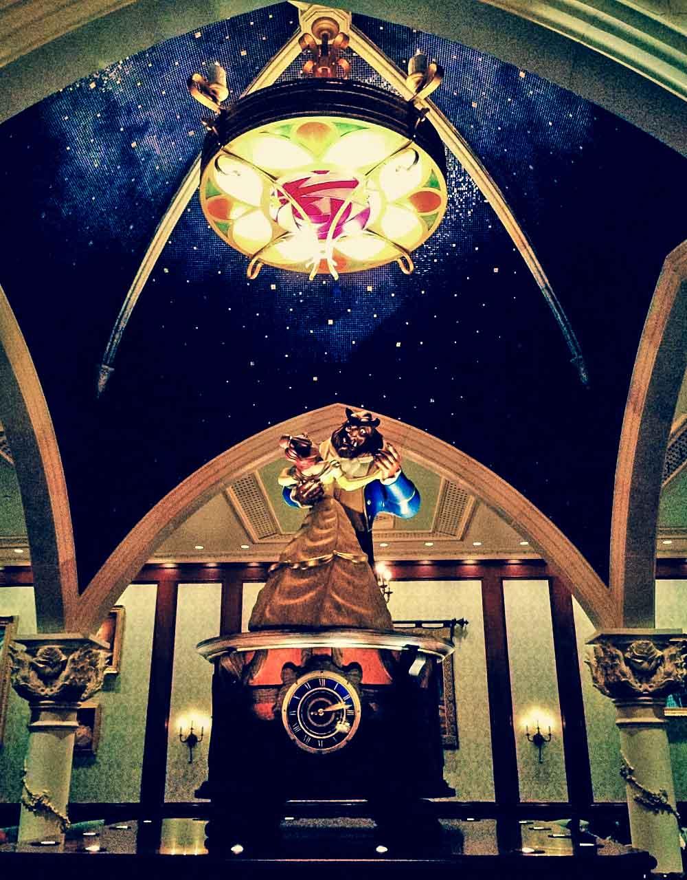 A Bela e A Fera dançando, dentro do Be Our Guest Restaurant
