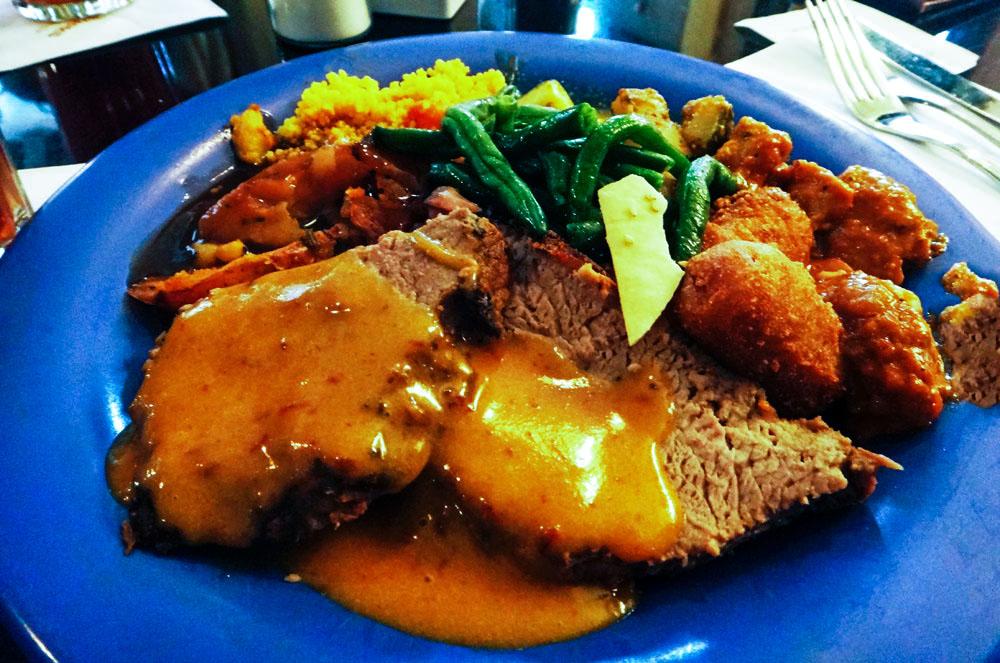 Meu prato, depois de uma visita às ilhas do buffet, no restaurante Tusker House