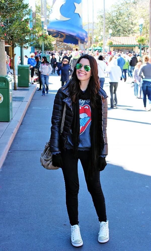 Camila, do blog http://www.garotasestupidas.com/ em um dia frio no Disney's Hollywood Studios, Flórida