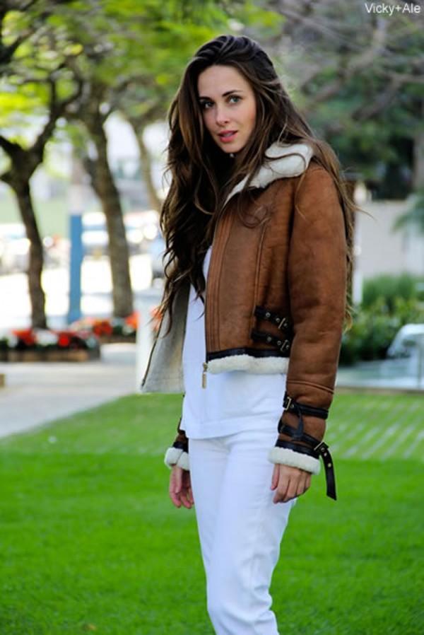Vicky, do blog http://www.vickyale.com.br/ vestindo um lindo casaco