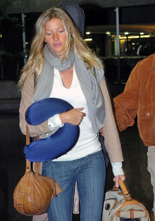 Gisele Bündchen com seu travesseiro de pescoço