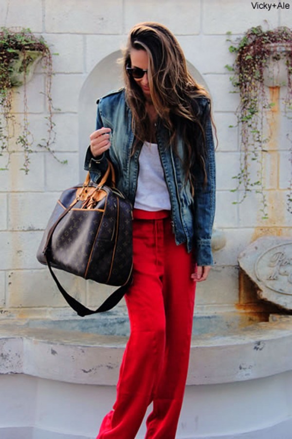 Vicky, do blog http://www.vickyale.com.br/, com uma bela bolsa de tamanho grande