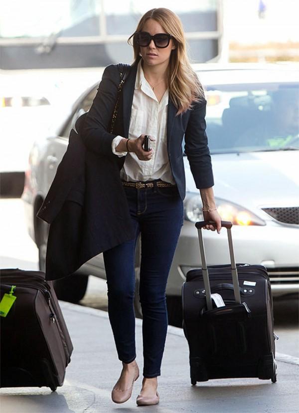 Lauren Katherine Conrad, do site http://laurenconrad.com/, usando sapatilhas ideais para calçar em um voo