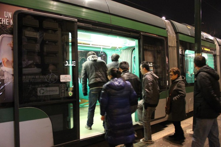 O trem urbano de Milão (TRAM) opera até altas horas da noite.