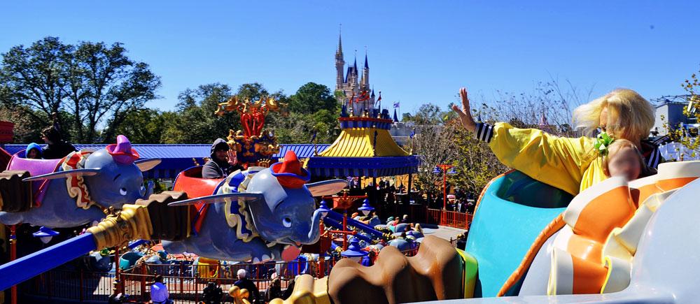 Bela vista da atração Dumbo, com o Castelo da Cinderella ao fundo