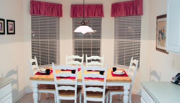 Mesa e bay window na casa alugada