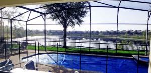 A piscina da casa alugada, ainda tampada