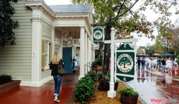 Fachada do Liberty Tavern Restaurant, no Magic Kingdom, em um dia chuvoso