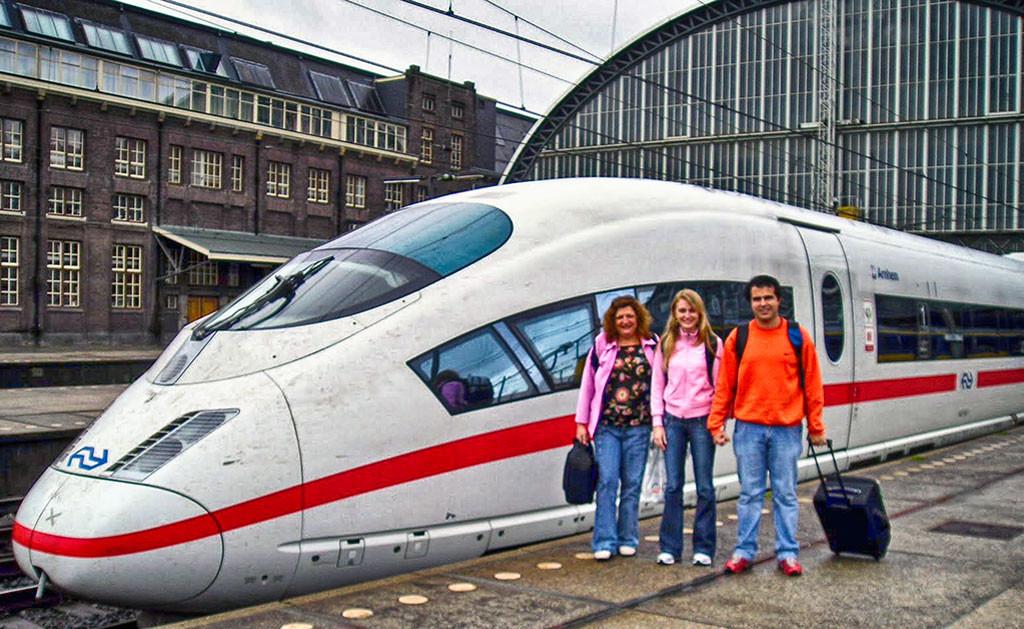 Na estação de trem em Amsterdã, Holanda, com o trem alemão ICE ao fundo.