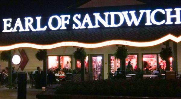 Vista noturna do Earl of Sandwich em Disney Springs