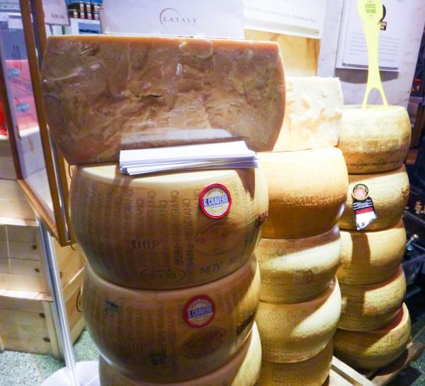 Pilhas de discos de queijo Parmigiano-Reggiano Eataly NYC