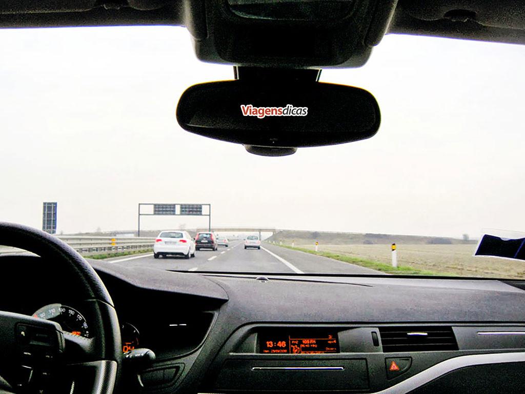 Dirigindo em uma autoestrada italiana nos arredores do aeroporto de Veneza