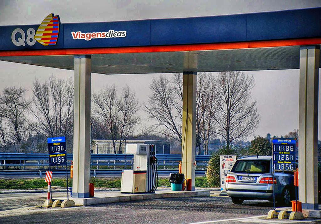 Posto de gasolina italiano sem frentista ao longo da autoestrada