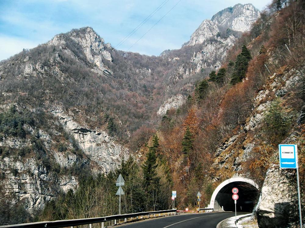Viajando de carro por uma área montanhosa da Itália