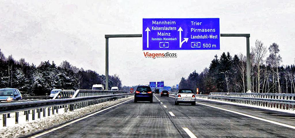 Autoestrada alemã (Autobahn) com um pouco de neve nas laterais