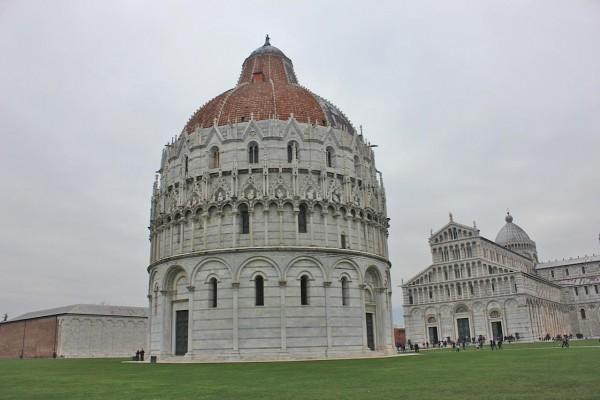 battistero di pisa 600x400 O que conhecer em Pisa na Itália? Roteiro e dicas para 1 dia de viagem.