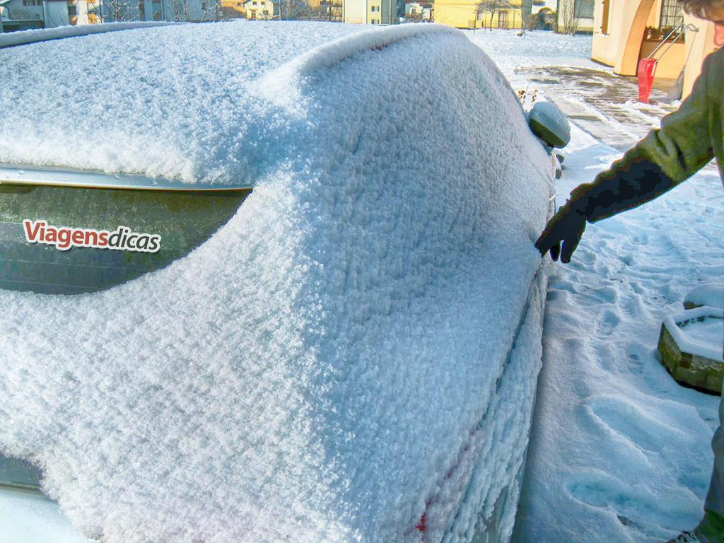 Nosso carro coberto de neve em Lamon, Itália