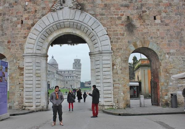 Entrada da Praça dos Milagres, principal espaço turístico de Pisa.