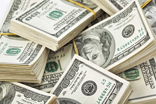 notas 100 600x400 Dólar, peso ou real, qual moeda devo levar para a Argentina?
