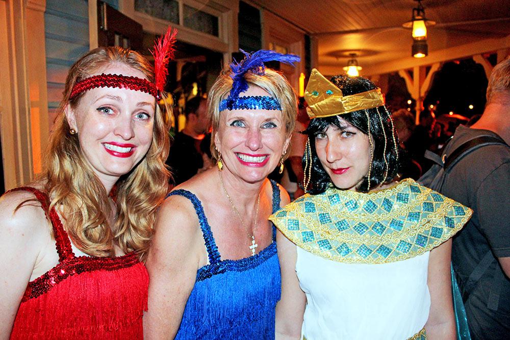 Minha esposa, a tia da minha esposa e a nossa amiga Juliana fantasiadas na Festa de Halloween do Mickey