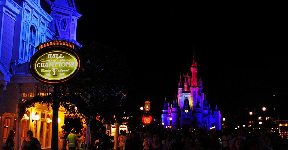 Belíssima vista do castelo da Cinderella, a partir da Main Street, U.S.A., com sua iluminação especial da Festa de Halloween do Mickey