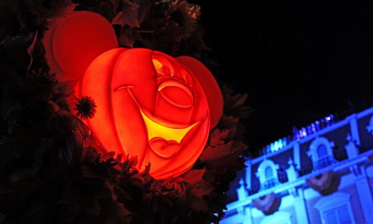 Os postes de iluminação são convertidos em abóboras do Mickey para a Festa de Halloween do Mickey