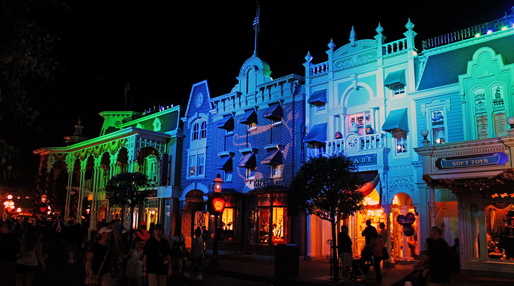 Os prédios do parque ficam com um visual especial durante a Festa de Halloween do Mickey