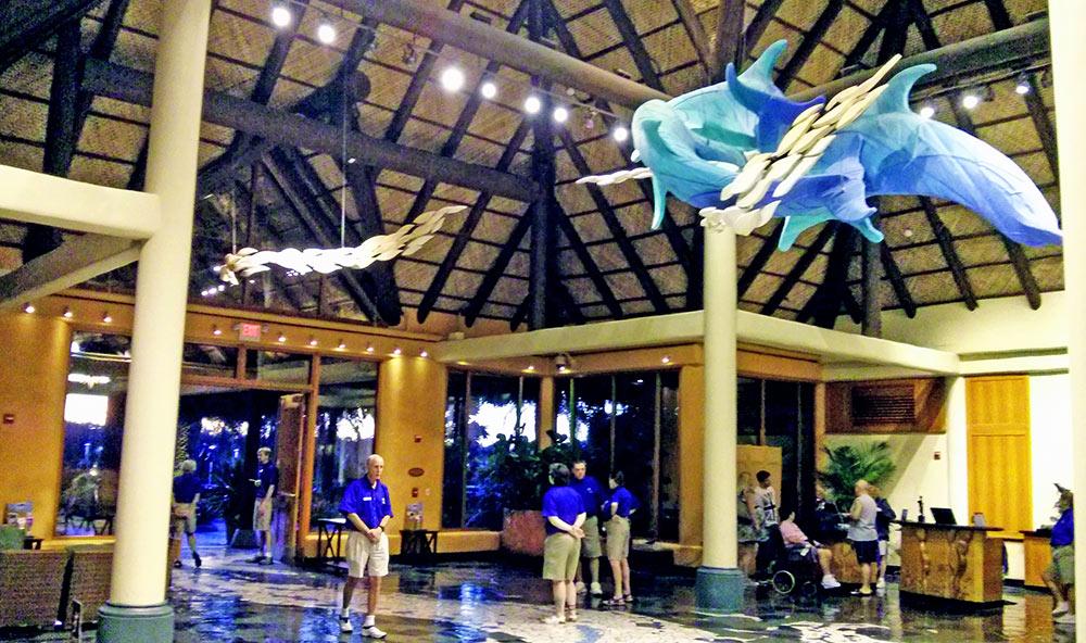 A área de check-in do parque Discovery Cove lembra o lobby de um hotel