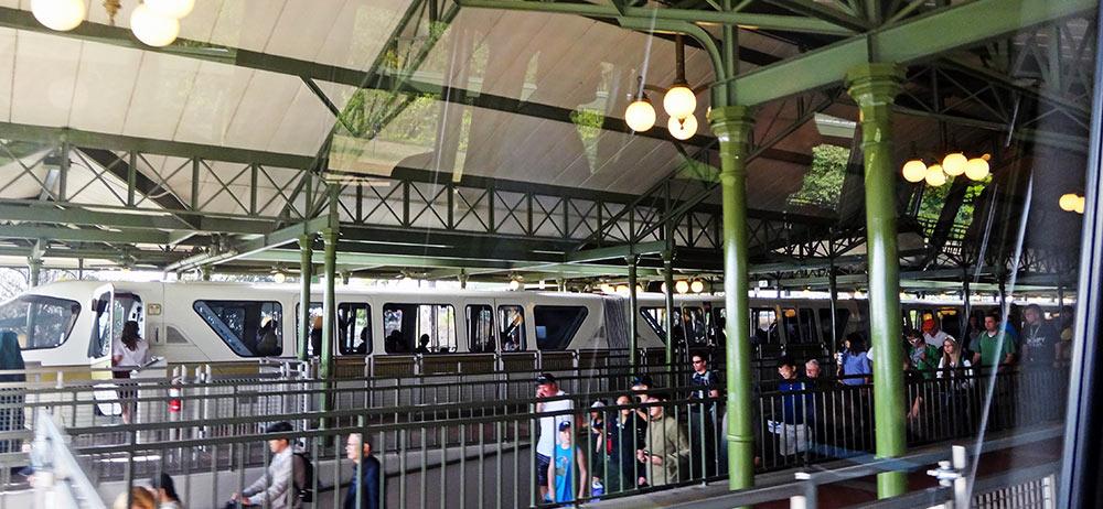 Chegando na estação do Monorail no Magic Kingdom