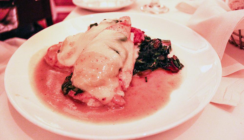 Pedaços de peito de frango à Fiorentina, cobertos com espinafre e queijo fontina, com um molho de ervas e vinho madeira
