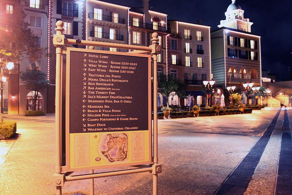 Mais placas indicativas e os prédios do Loews Portofino Bay Hotel